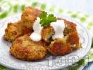Рецепта Пържени пухкави картофени кюфтета с тиквички, ориз и лук на тиган (с галета)
